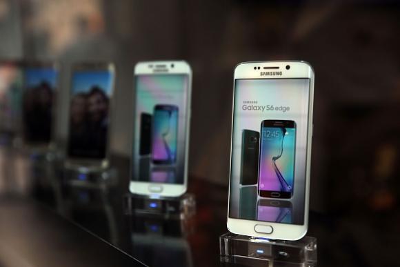 samsung-galaxy-s6-phone-goes-on-sale